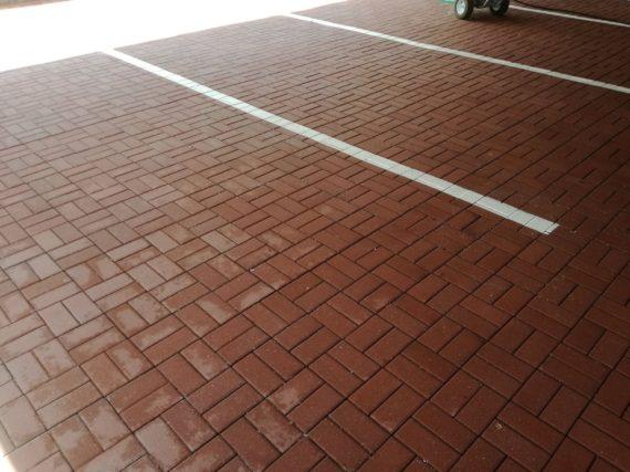 Výsledek vysokotlakého čištění parkoviště NN nábytku v Lounech
